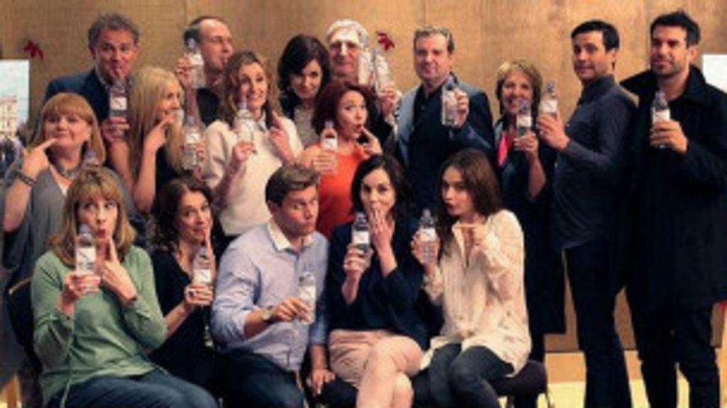 Após gafe, elenco de Downton Abbey posa com garrafas plásticas ...