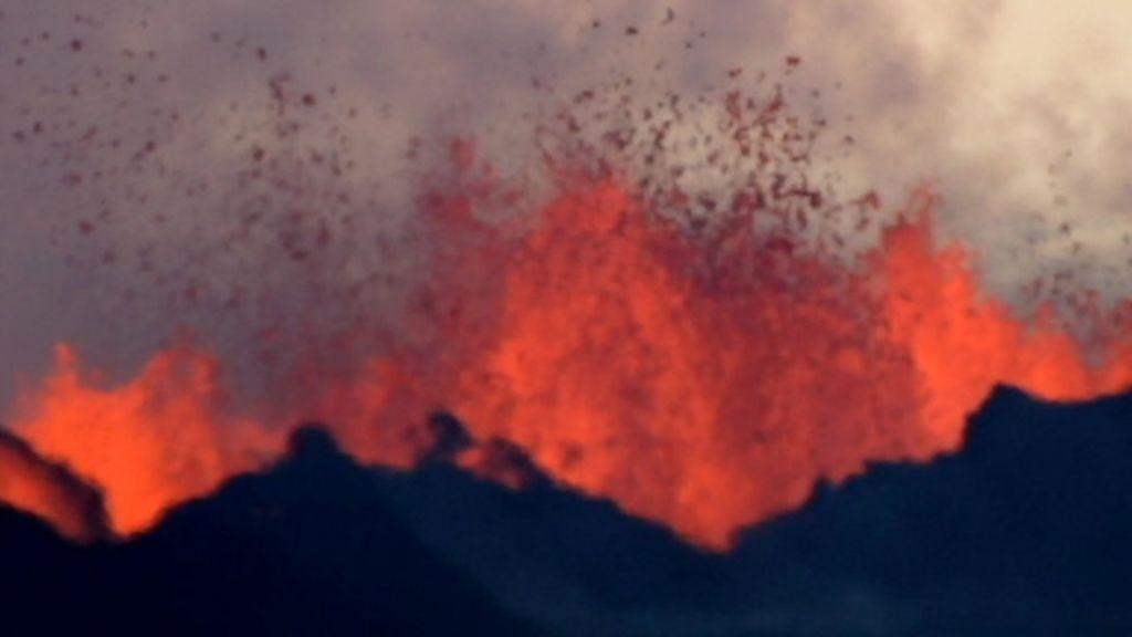 Vulcão em erupção cria espetáculo de fogo e lava na Islândia - BBC ...