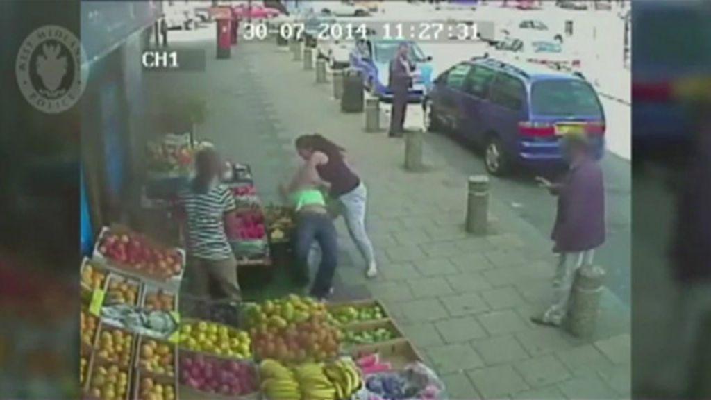Mulher é flagrada agredindo outra depois de briga de trânsito na ...