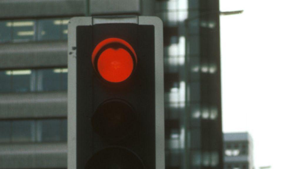 Arábia Saudita prende motoristas que furarem sinal - BBC Brasil