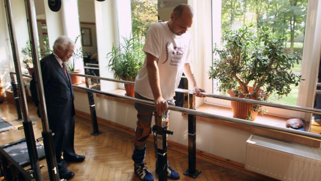 Homem paralisado volta a andar após transplante de células do nariz