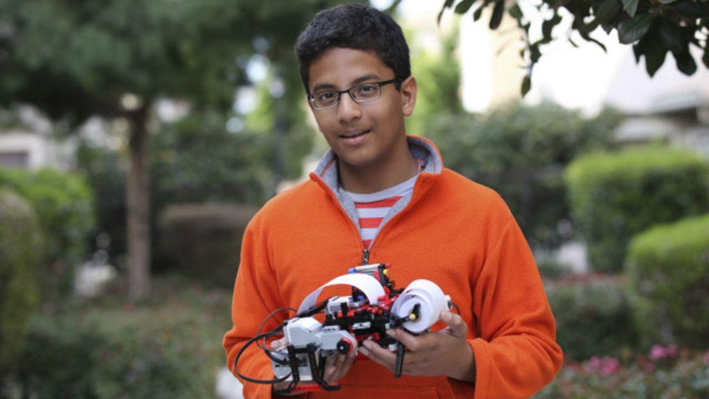 Garoto de 13 anos cria impressora de braile a partir de peças de Lego