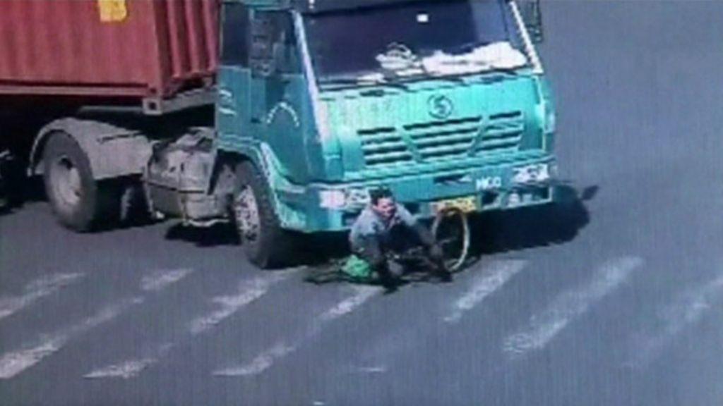 Ciclista sobrevive a atropelamento por carreta na China - BBC Brasil