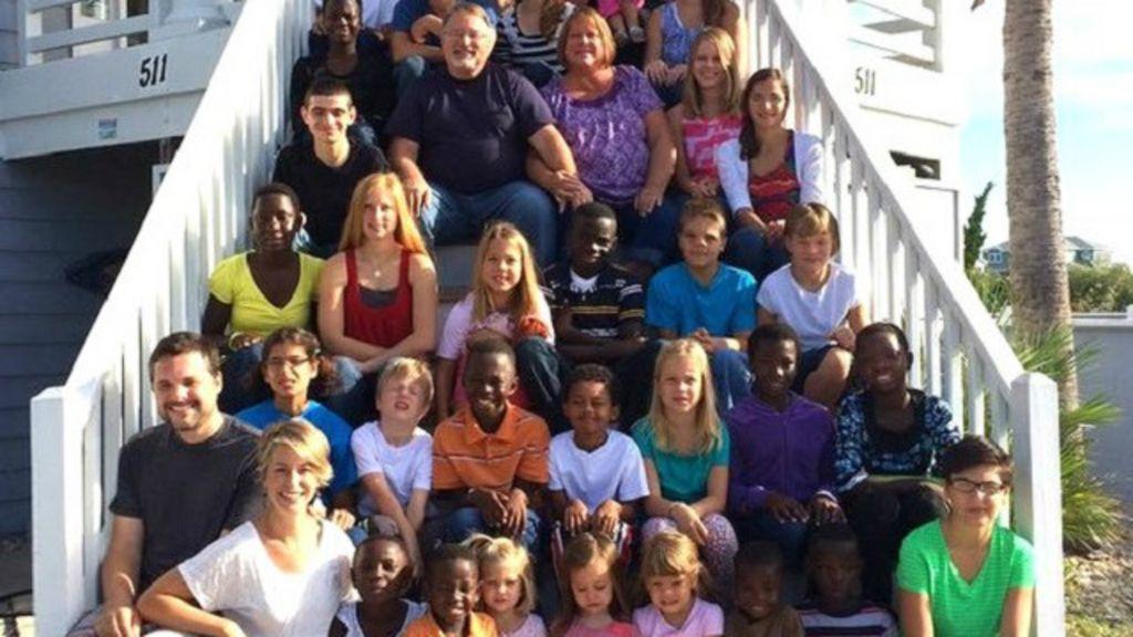 Com 29 filhos adotivos de vários países, casal quer aumentar família
