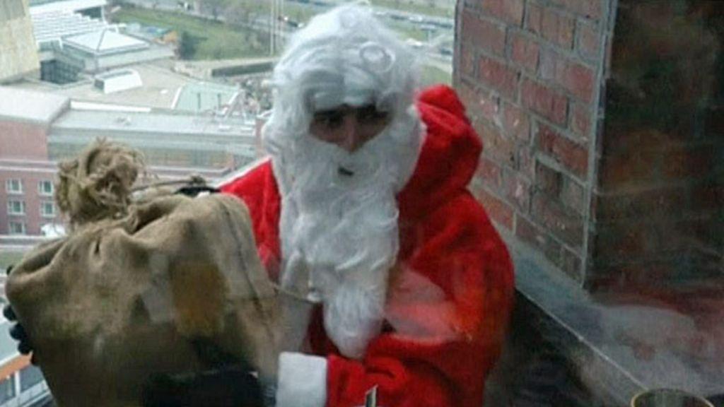 Papai Noel homem- aranha surpreende crianças em Berlim - BBC ...