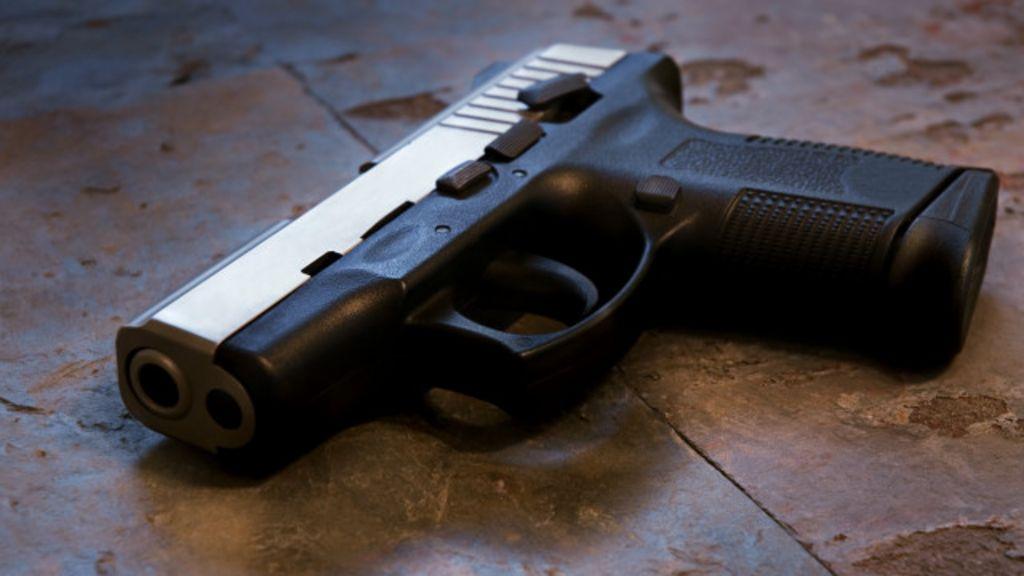 Menino de três anos atira nos dois pais com uma bala nos EUA ...