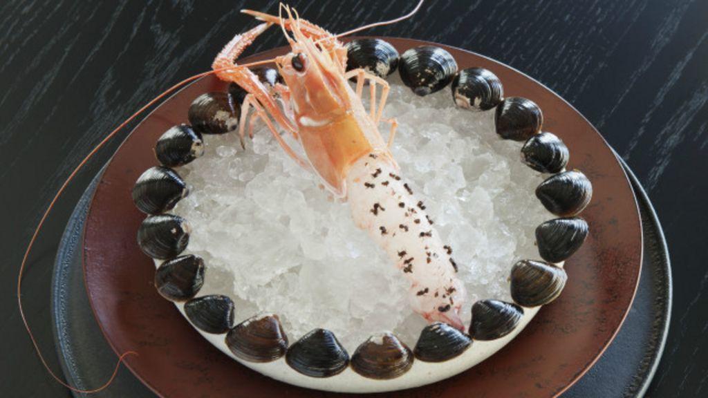 Novidade gastronômica em Tóquio: camarões vivos cobertos com ...