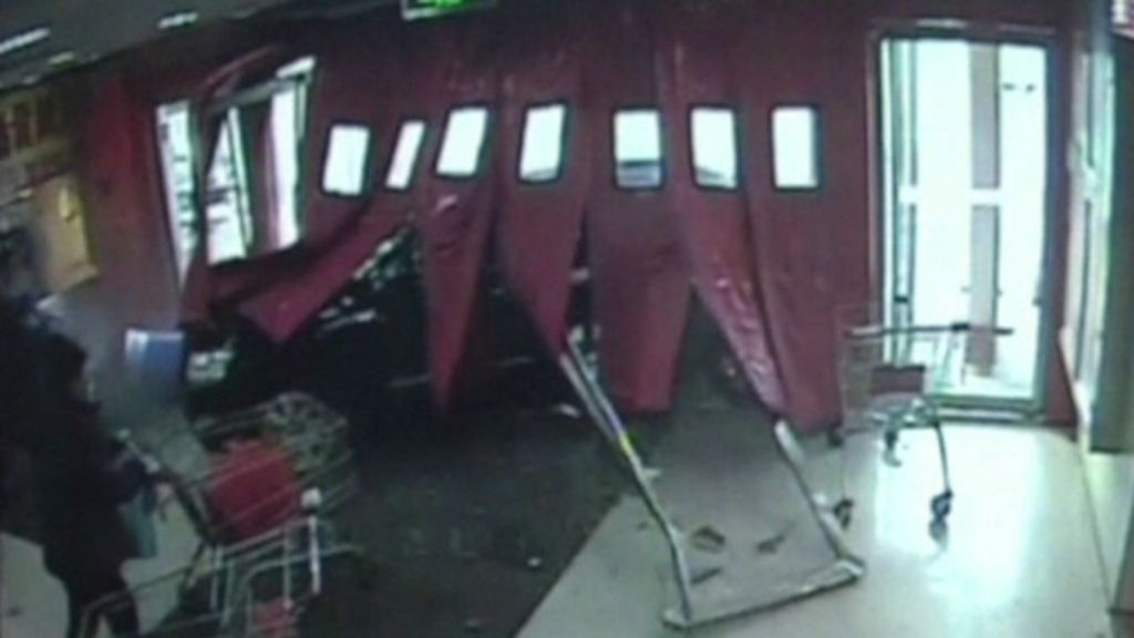 Motorista se confunde com pedais, atropela barreira e invade loja ...