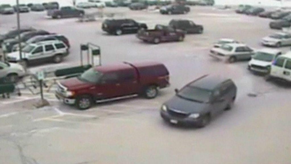 Motorista de 92 anos bate em 9 veículos em estacionamento nos EUA