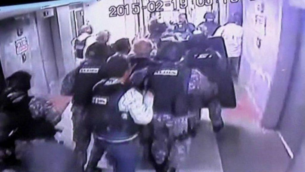 Câmera de segurança flagra prisão de prefeito de Caracas - BBC ...