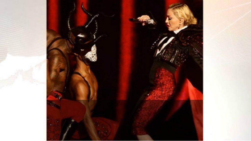 Madonna cai de palco e tranquiliza fãs: 'o amor me ergueu' - BBC ...