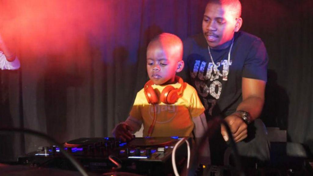 Criança de três anos faz sucesso como DJ na África do Sul - BBC ...