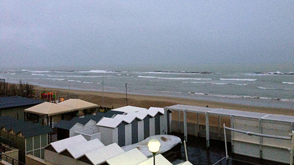 Cidade italiana promete hotel de graça se chover nas férias - BBC ...