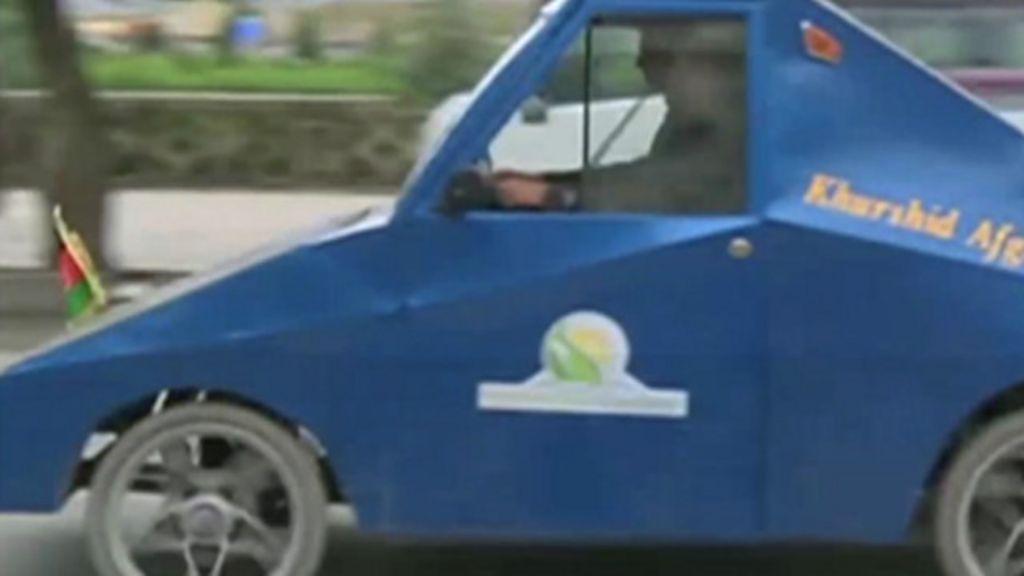Com painel solar no capô, afegão constrói carro elétrico caseiro ...