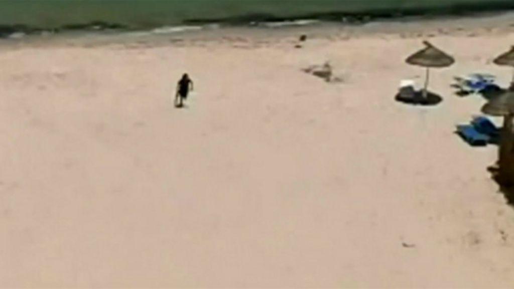 Novas imagens mostram atirador correndo na praia com metralhadora