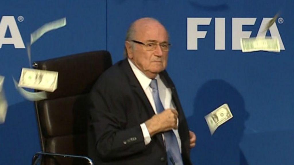 Blatter abandona coletiva após comediante atirar 'dinheiro' nele ...