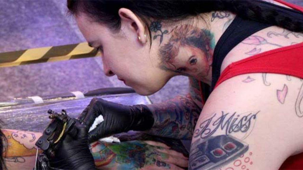Tatuadora cobre cicatrizes para ajudar mulheres vítimas de ...