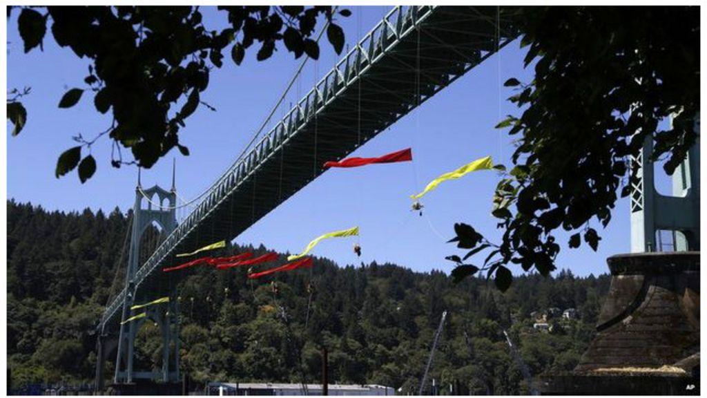 Patroli Turunkan Demonstran Greenpeace Dari Jembatan Bbc