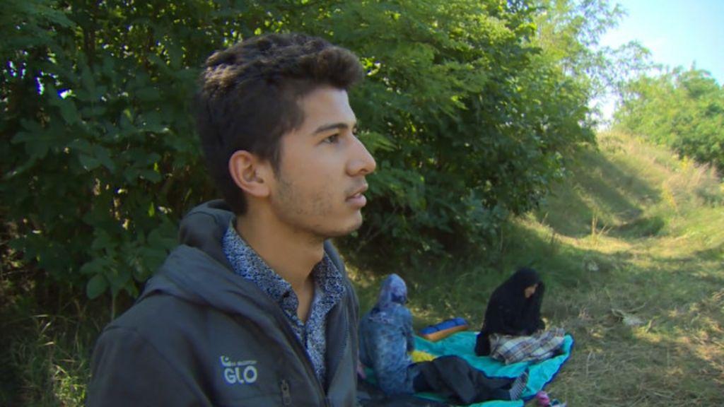 Refugiado afegão diz ter empurrado avó em cadeira de rodas até ...