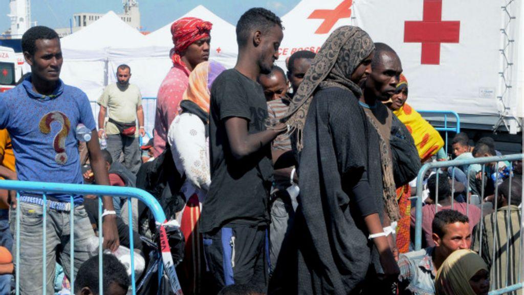 Navio de guerra brasileiro resgata 220 imigrantes no Mediterrâneo ...
