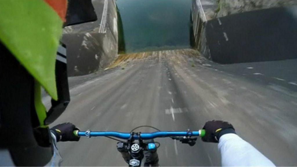 Ciclista desafia morte em descida vertical em represa vista por ...