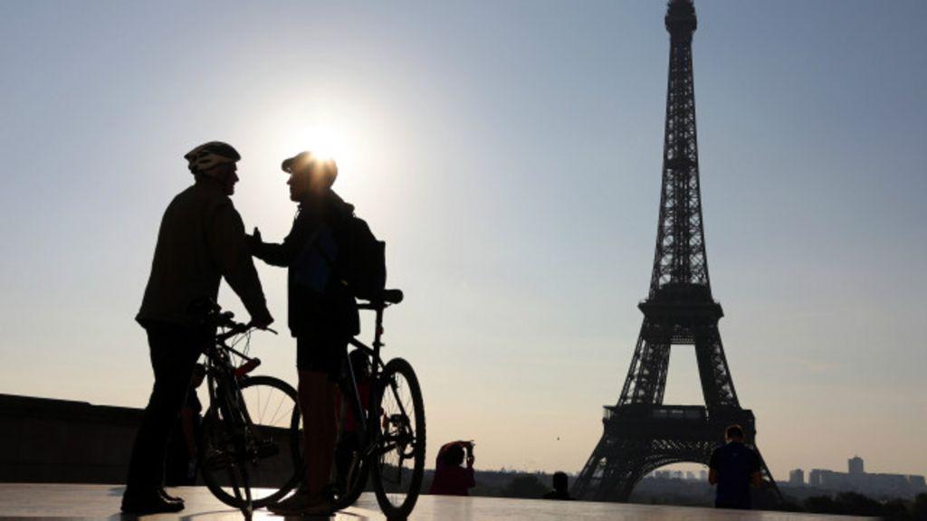 Em fotos: Paris é tomada por multidão em domingo sem carro - BBC ...