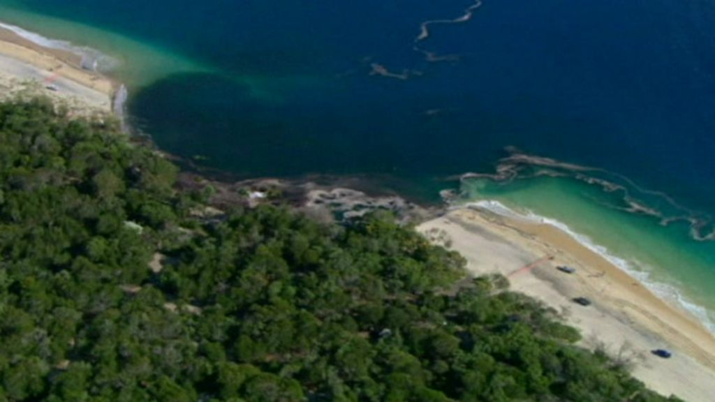 Turistas escapam por pouco após 'buraco' engolir praia na Austrália ...
