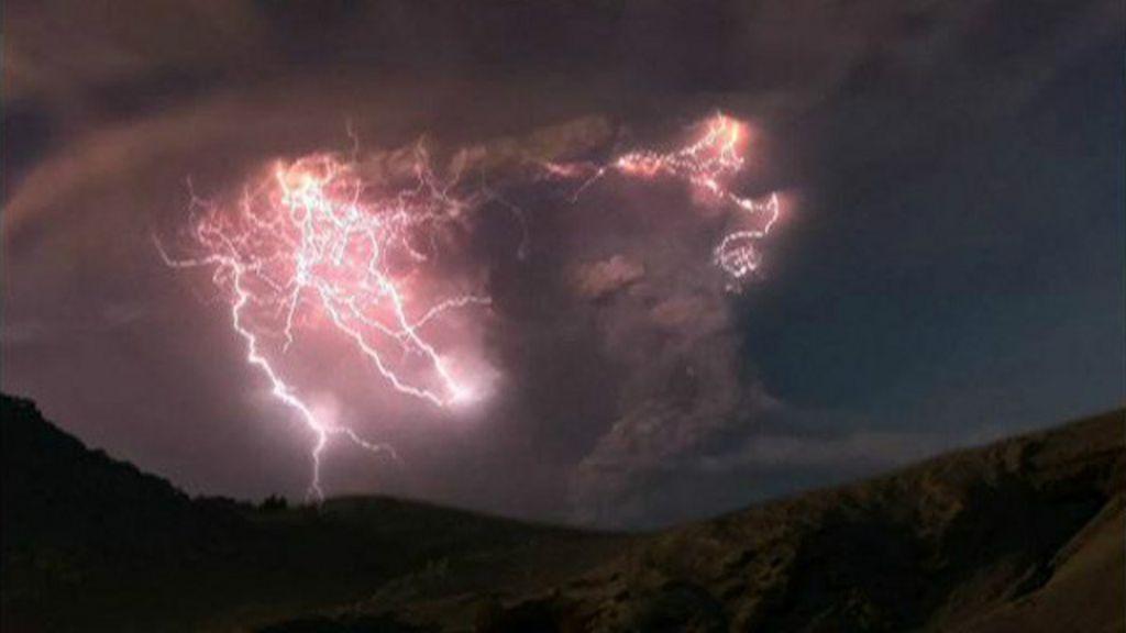' chuva de raios' em nuvens carregadas de eletricidade sobre vulcão