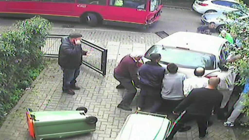 Pedestres levantam carro e salvam homem preso após acidente ...