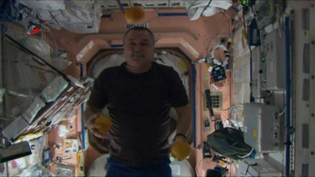 Cosmonautas russos fazem malabarismo com frutas no espaço, em ...
