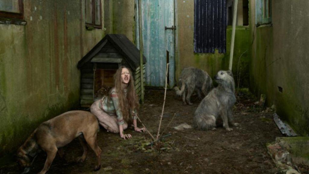 Fotógrafa reencena drama real de crianças criadas por animais ...