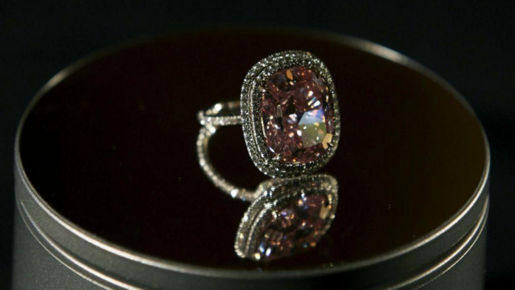 Raro diamante rosa é arrematado por 28,5 milhões - BBC Brasil