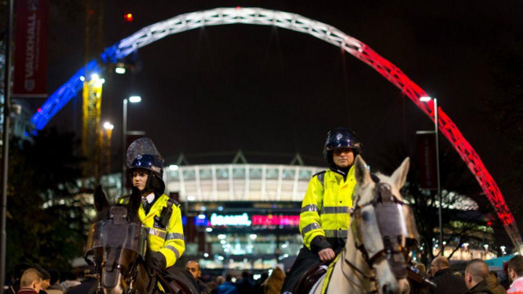 Sob forte segurança, estádio de Wembley homenageia Paris - BBC ...