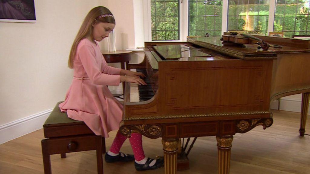 Menina prodígio britânica compõe ópera e escreve romance aos 10 ...