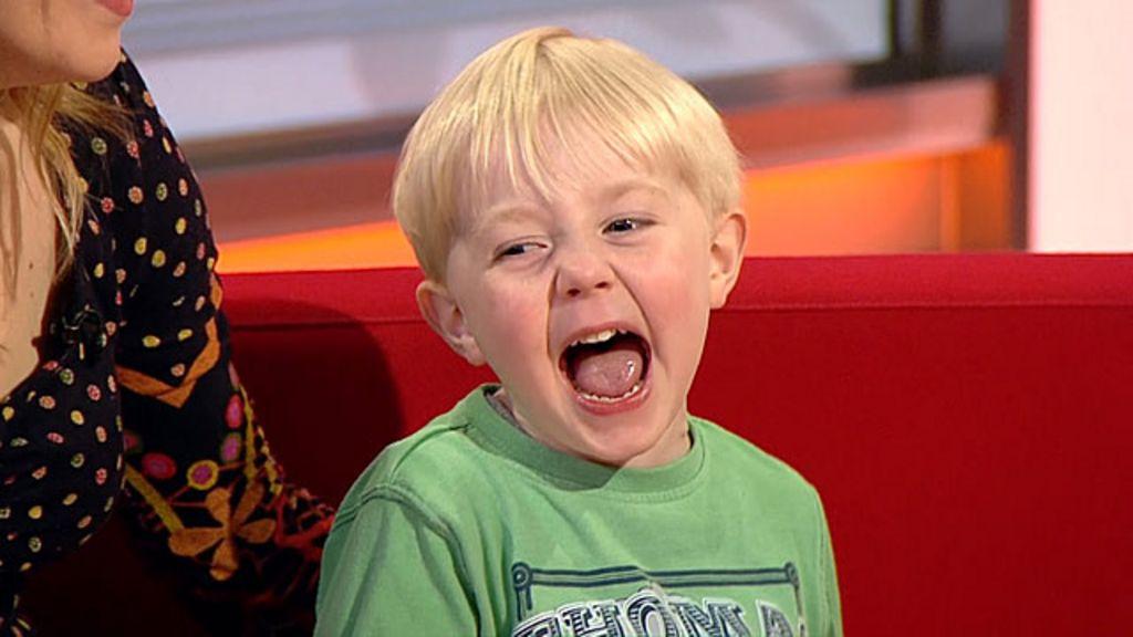 Menino rouba a cena em estúdio durante entrevista ao vivo de mãe ...