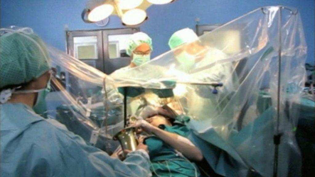 Paciente toca saxofone durante cirurgia no cérebro na Espanha ...