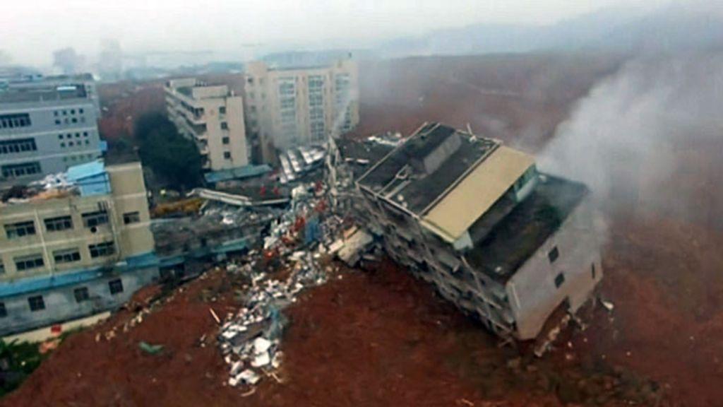 Vídeo mostra edifícios 'engolidos' por deslizamento de detritos na ...