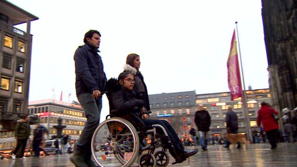 Refugiada síria que atravessou Europa em cadeira de rodas passa ...