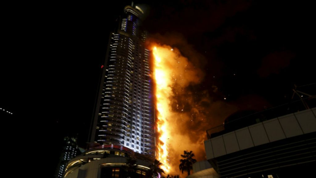 Enorme incendio en un rascacielos de Dubai poco antes de año ...