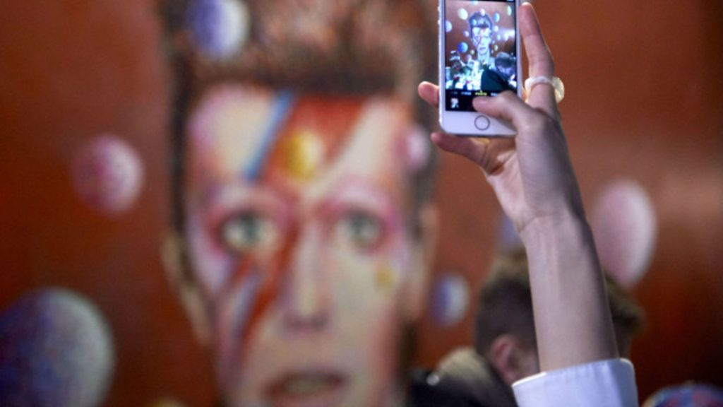 Fãs se reúnem em Londres para homenagear Bowie - BBC Brasil