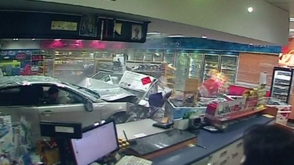 Carro invade loja na Austrália, e mulher escapa por pouco - BBC ...