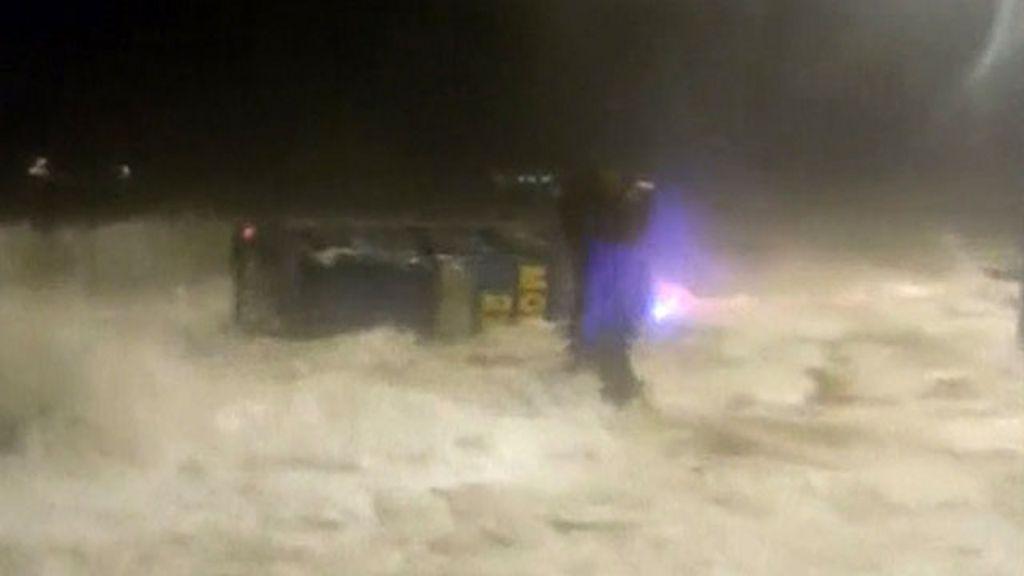 Onda gigante vira carro durante tempestade no Chile - BBC Brasil