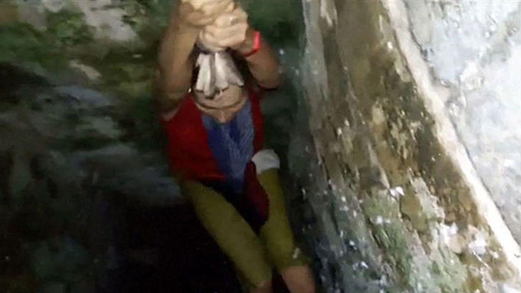 Turista cai em poço ao tirar selfie e é resgatada com corda ...