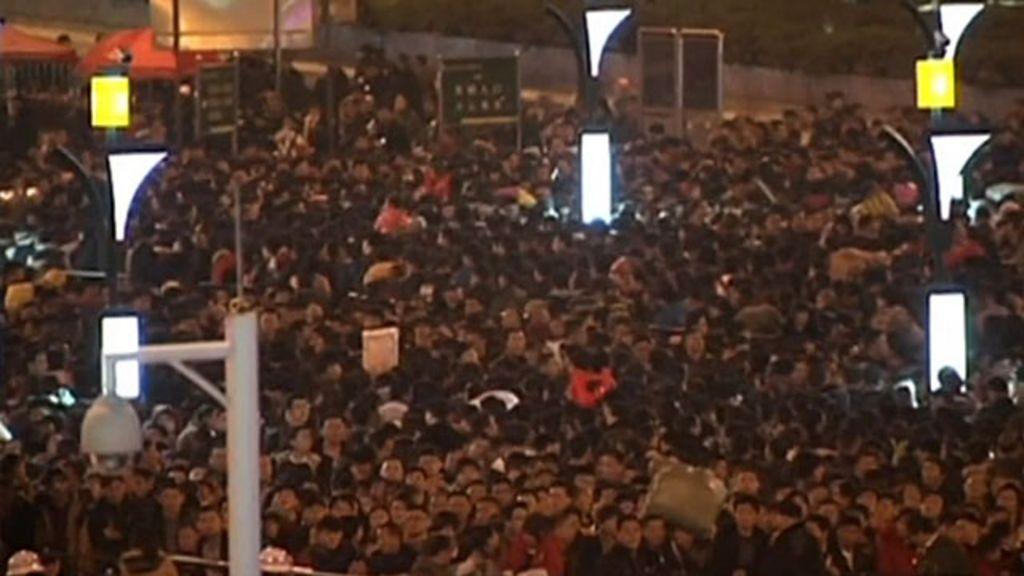 Imagens aéreas mostram multidão presa em estação de trem na ...