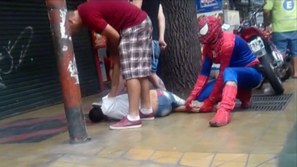 ' Homem- aranha' imobiliza assaltante na Argentina - BBC Brasil