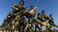 Soldados afganos entrenando