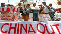 Người biểu tình trước một lãnh sự quán Trung Quốc