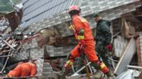 救援人员在苏村进行搜救