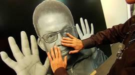 Unas manos tocando una fotografía