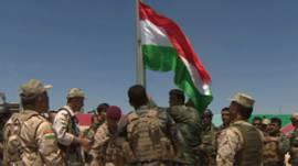 Kurdos izando su bandera